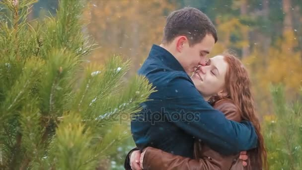 Kiss z mladého páru na sněhu