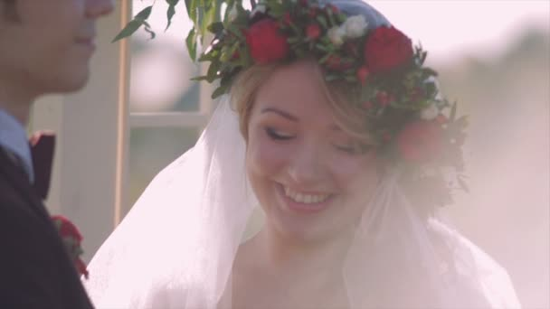 Nevěsta s něžností se dívá na detailním ženich