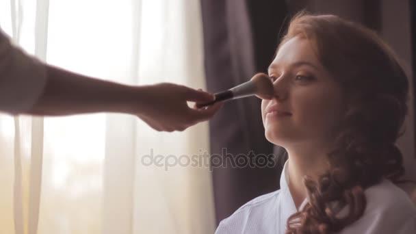 Vyrovnávací make-up dívka tvář s štětec Zpomalený pohyb