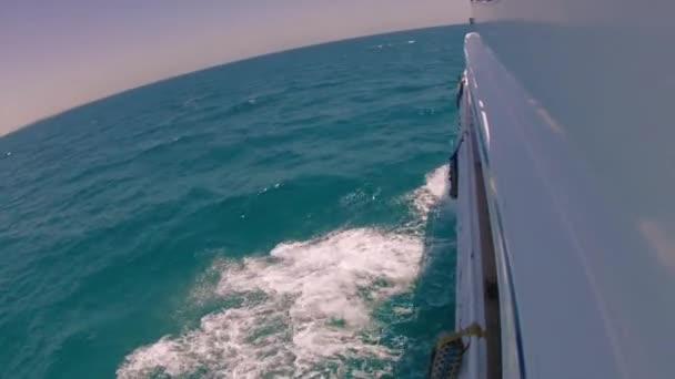 Sea Walk na jachtě na horký letní den Zpomalený pohyb