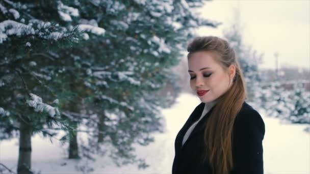 Bruneta bohatá žena v černém kabátě na pozadí vánoční stromeček zpomalené