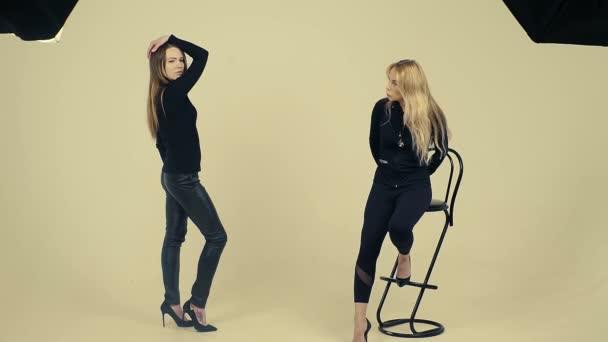 ženský model v černém pózuje pro fotografie ve studiu, školení modelu zpomalené ženské učitelů