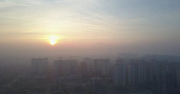 Egy nagy város, a magas házak felett megtekinthető naplementére. Légifelvételek