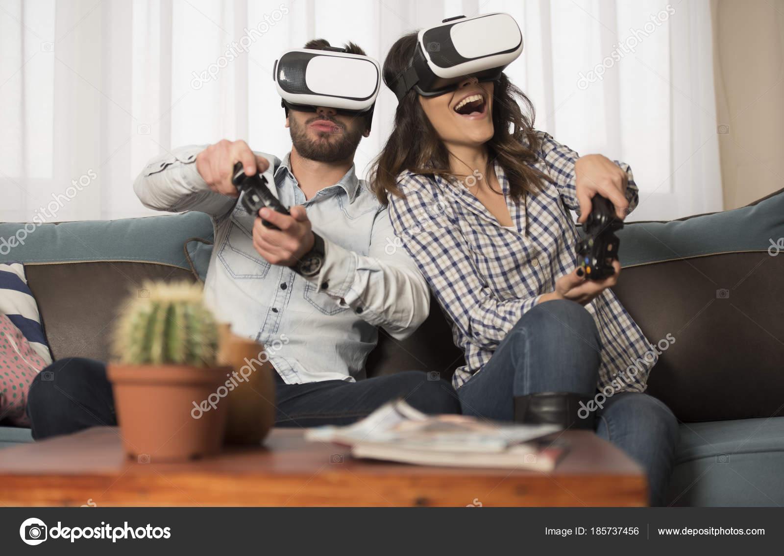 20cbb537db38ab Amis Jouer Aux Jeux Vidéos Portez Des Lunettes Réalité Virtuelle — Photo