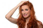 Fotografie Krásná mladá žena s elegantní dlouhé červené lesklé vlasy, účes