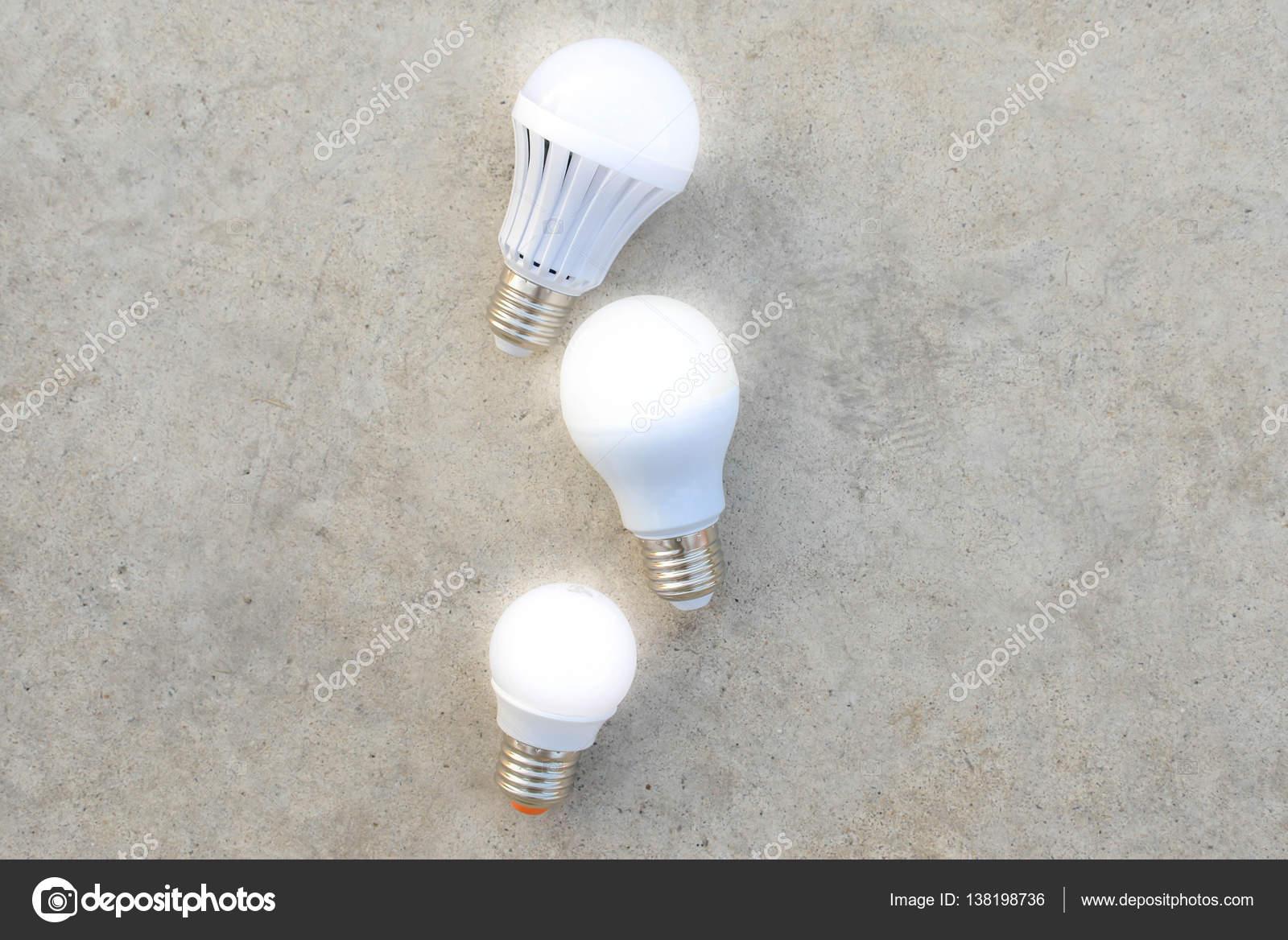led lampen met verlichting op de betonnen vloer stockfoto