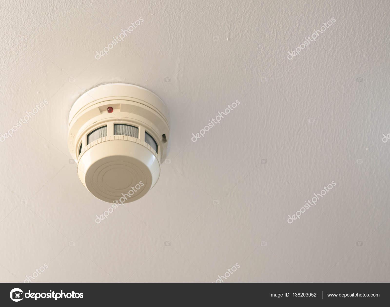 detector de humos en el techo — Foto de stock © magneticmcc #138203052