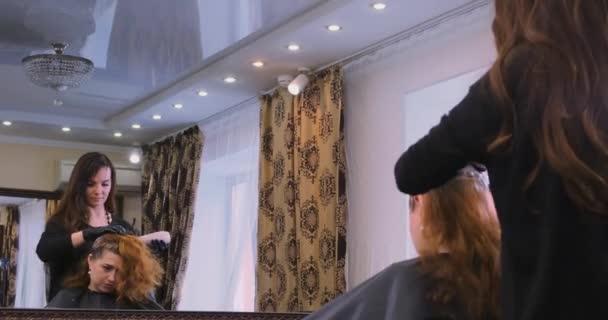 képzett fodrász fekete kesztyűben alkalmazza a haj fehérítő
