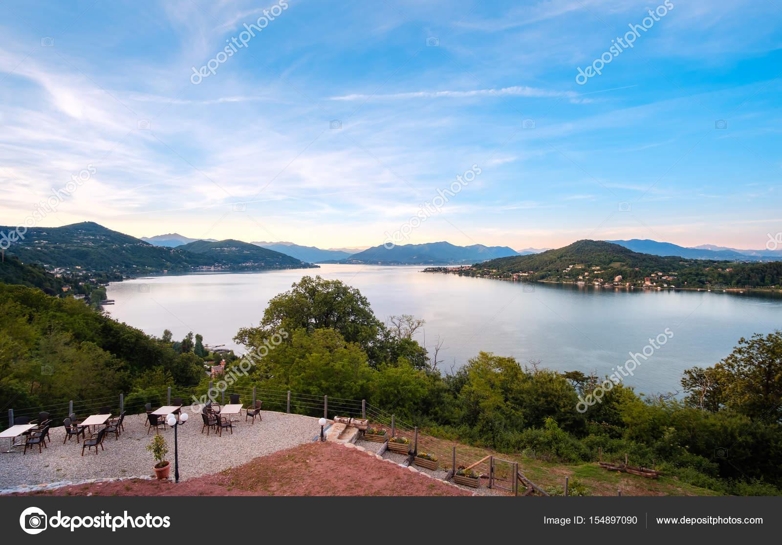 terrazza vista lago ristorante tavoli al tramonto sul lago maggiore ...