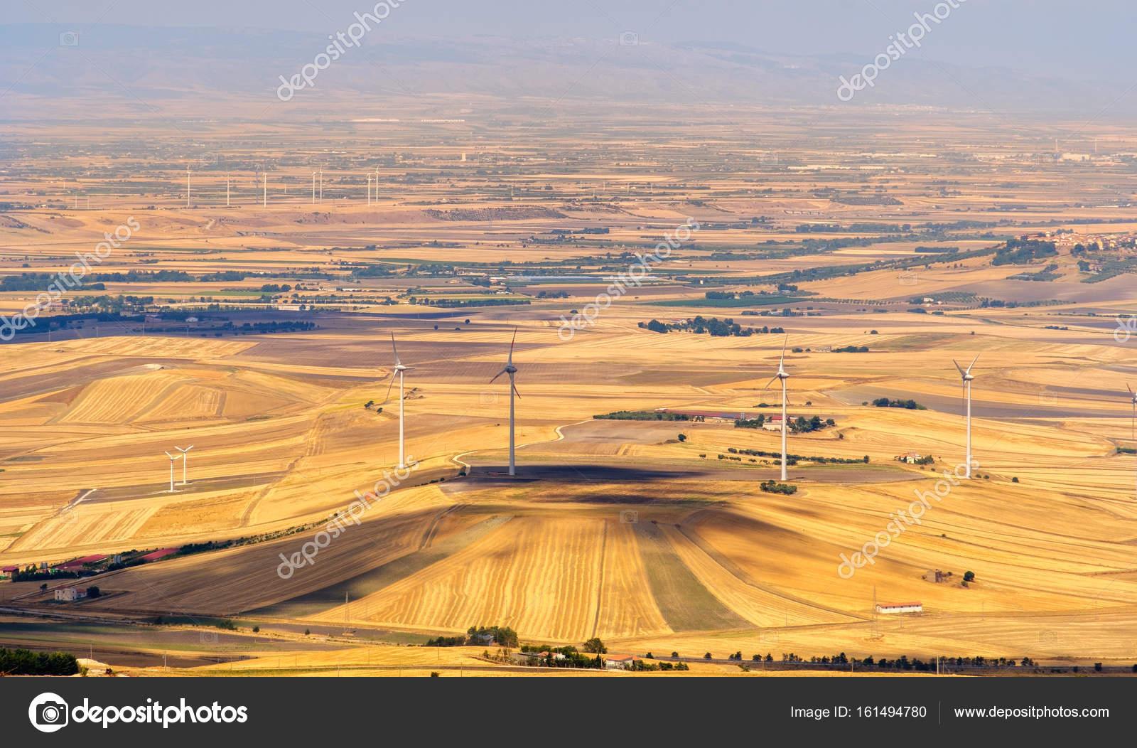 Il gialla pianura del tavoliere delle puglie con turbine eoliche come si visto dalle colline - Il tavoliere delle puglie ...