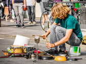 Photo percussionist use pots and pans to play drums - busker street artist musician