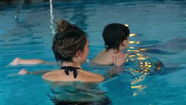baba gyerek megtanul úszó medence anya tanítani úszni jól ismert víz