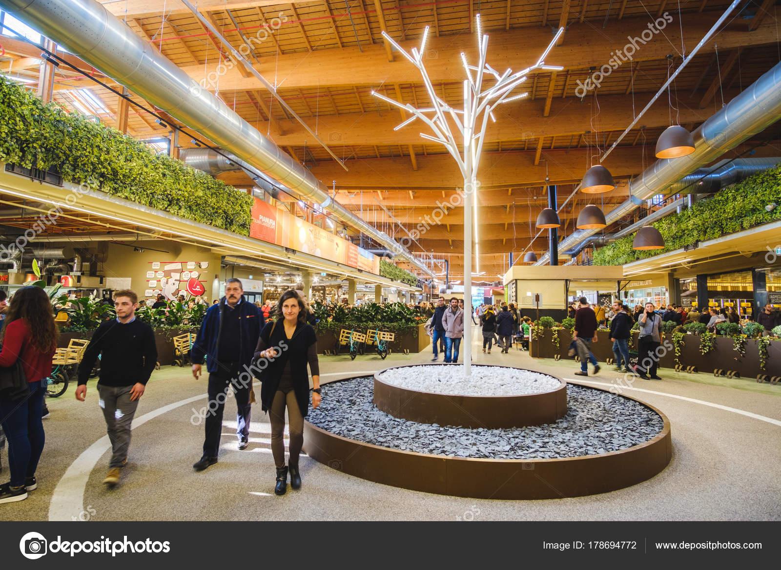 Die Menschen Gehen In Modernem Interieur Supermarkt Neben Einem Weißen  Beleuchtete Kahlen Baum Fico Eataly Welt In Bologna, Italien, 19.