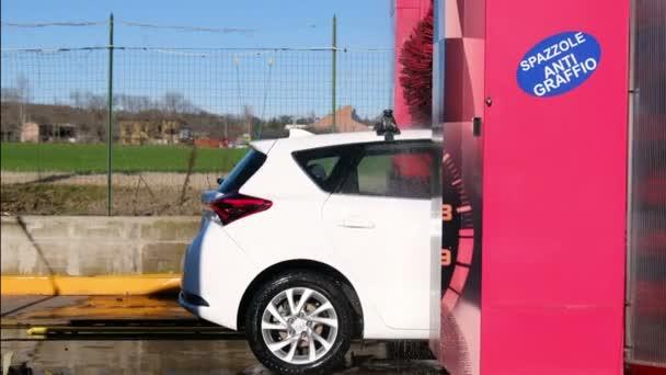 mycí kartáče při práci na bílém autě Toyota Corolla Auris, plně automatizované myčce aut