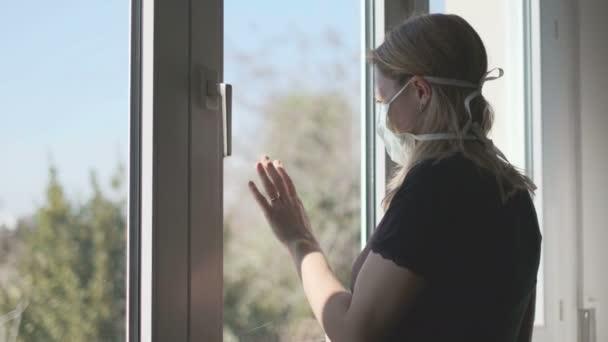 žena v izolaci otevírající okno s čerstvým vzduchem proti koronavirové karanténě ohnisko hypochondrie