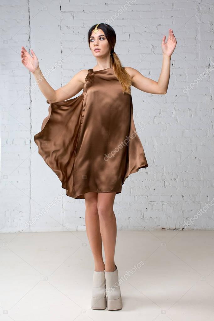 quality design 6b771 b5343 Donna con gioielli indiani in vestito di seta marrone — Foto ...