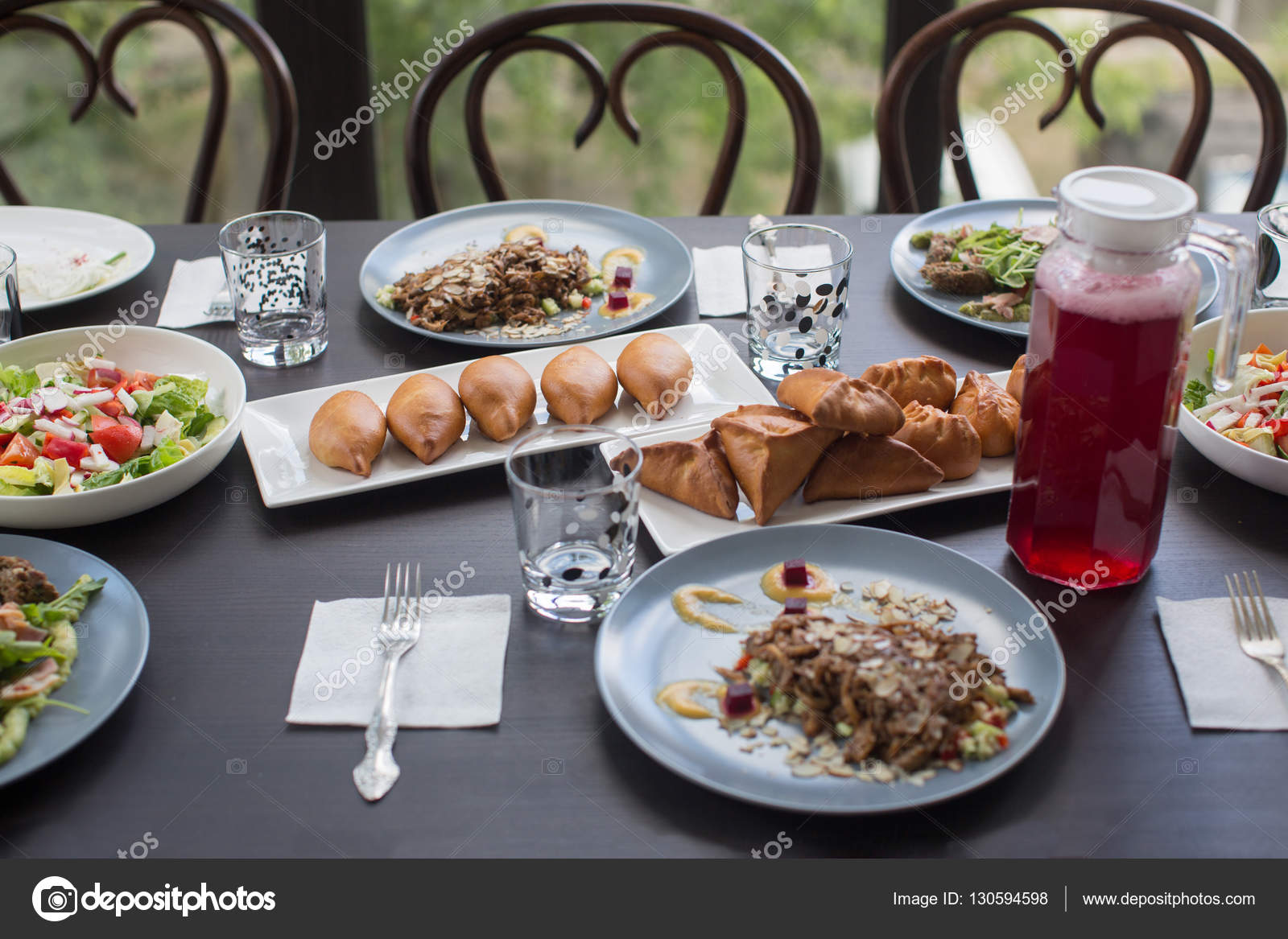 Foto Di Una Tavola Imbandita.Tavola Imbandita Per Una Cena In Famiglia Foto Stock