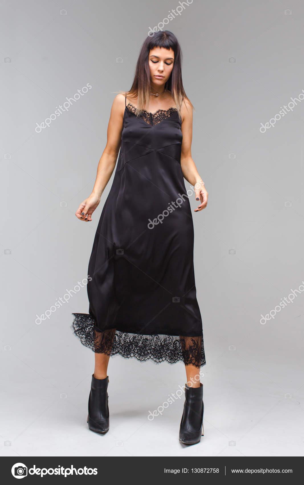 ce689f388fa6d8 У Чорне плаття ночнушку білизна мережива — стокове фото · Жінки я закрив її  очі і приємно позують в чорній довгі сукні — Фото від 371819