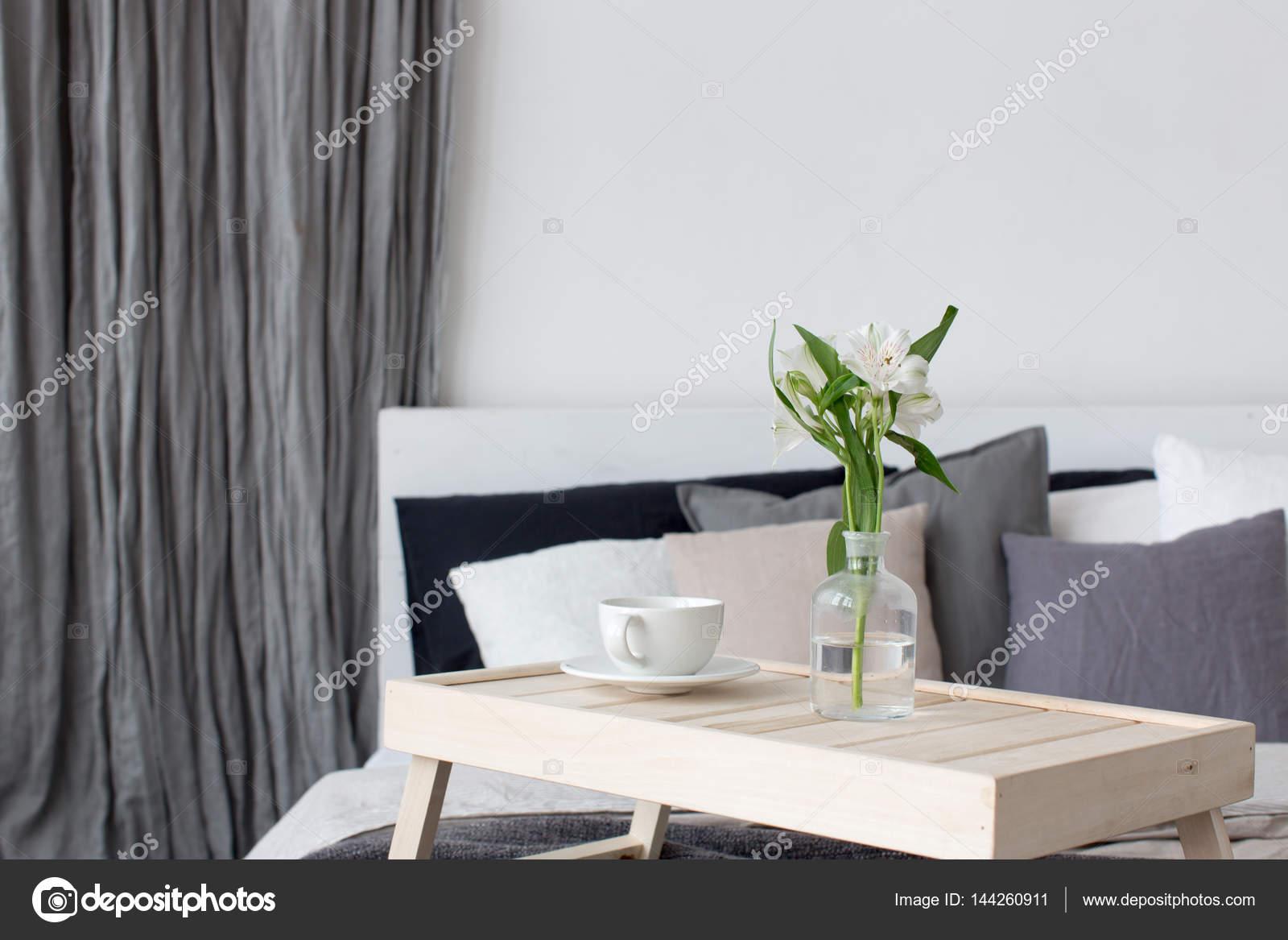 Tavoli Per Colazione A Letto : Tazza sul tavolo per la colazione a letto u foto stock