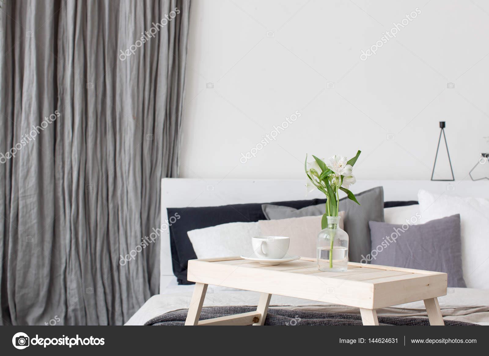 schlafzimmer innenraum mit kleinem tisch auf bett — stockfoto