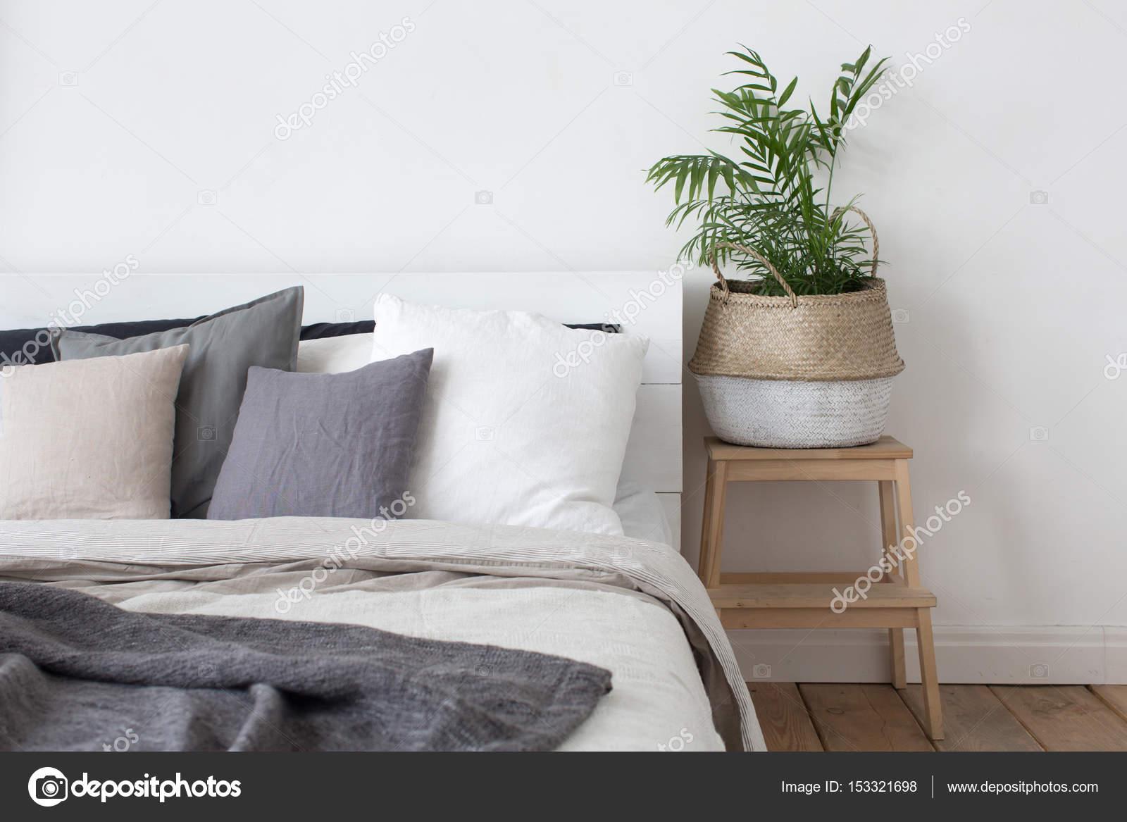 Slaapkamer interieur bed en nachtkastje met plant — Stockfoto ...