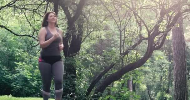 obézní žena běží. hmotnostní úbytek koncept