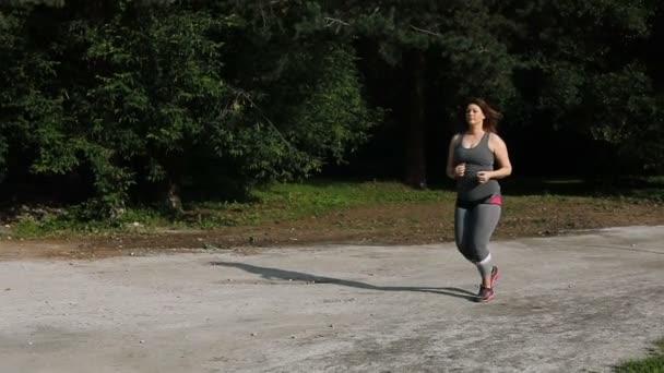 obézní žena běží. hmotnostní úbytek koncept.