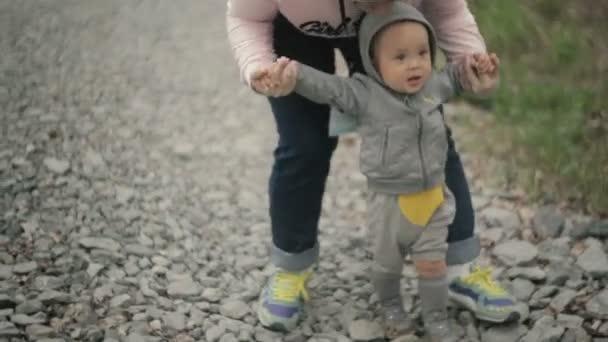 Legrační malý chlapec se učí chodit