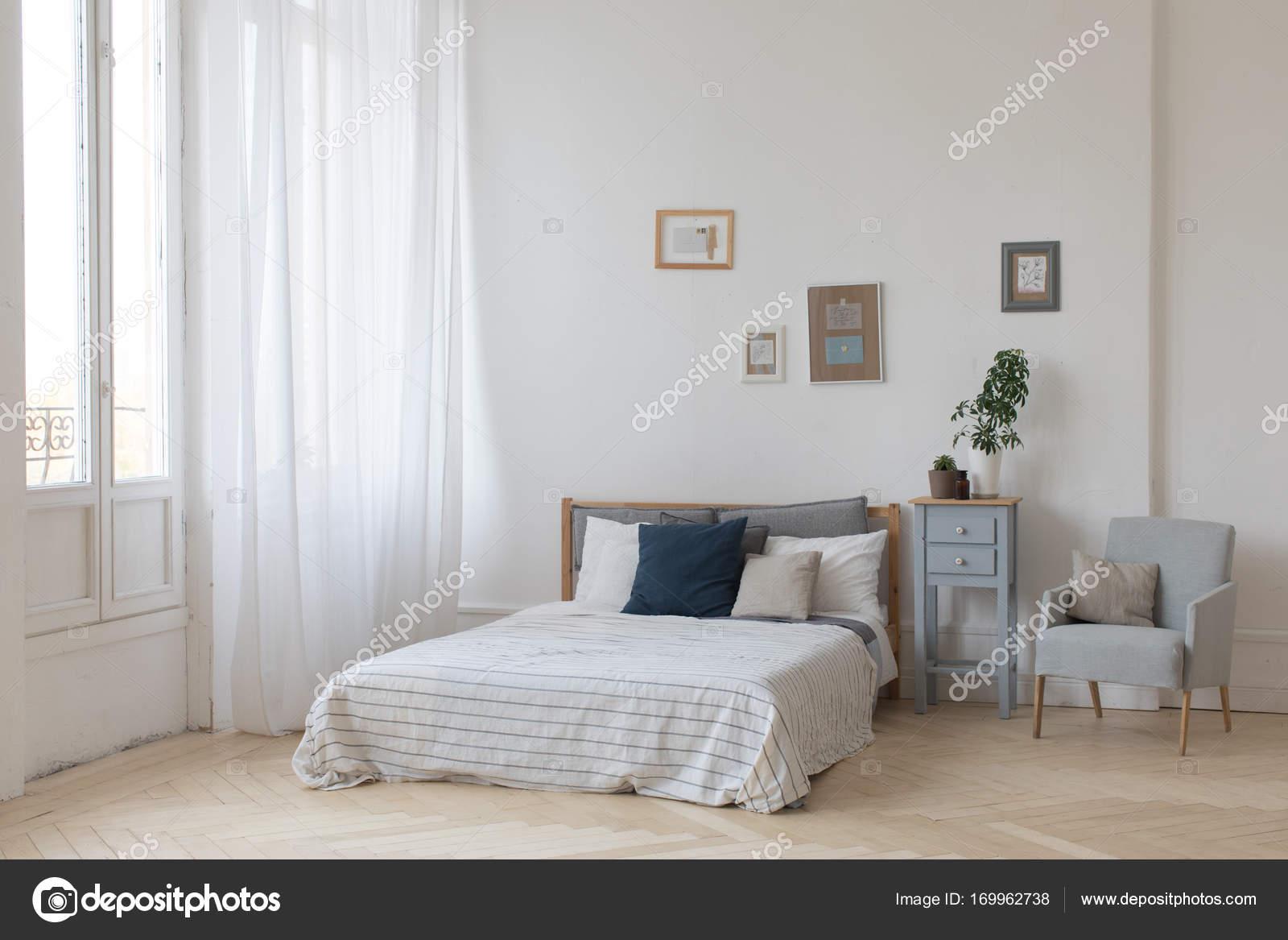 Camera Da Letto Bianco E Grigio : Interno della camera da letto accogliente bianco e grigio u2014 foto