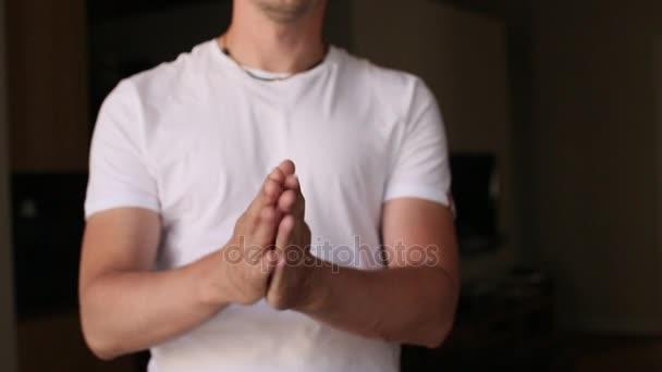 mužské ruce tleskají na černém pozadí