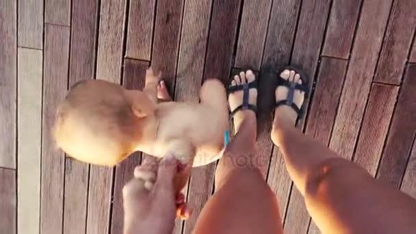 Babys první kroky držela za ruku matky