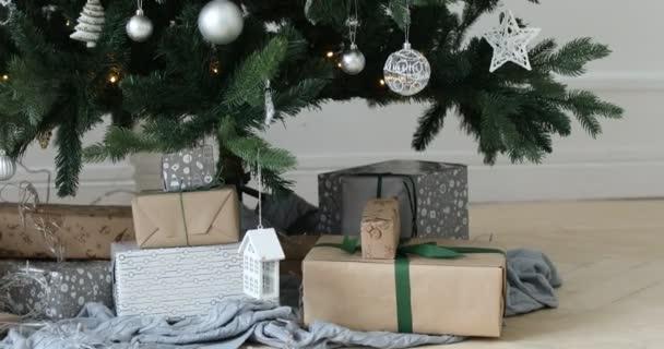 Dárková krabice pod vánoční stromeček
