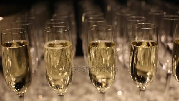 sklenice na víno s šumivým vínem