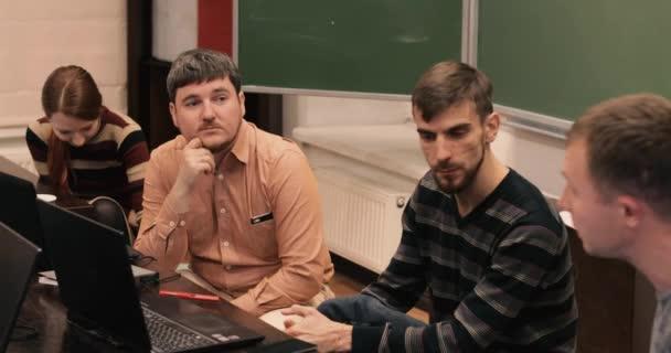 Guy něco vysvětluje vývojáři notebooky