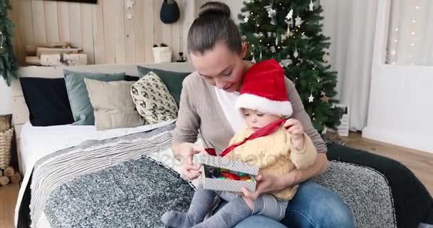 Moeder Geeft Een Cadeau Aan Een Kind Voor Kerstmis