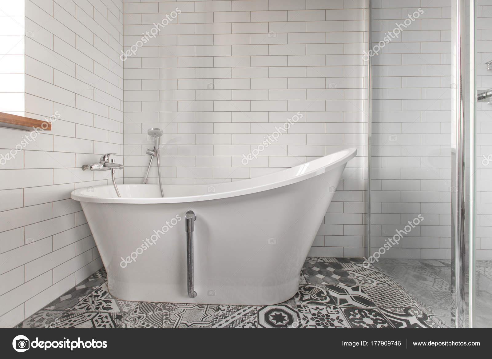 Vasca Da Bagno Di Zinco : Stanza da bagno con vasca da bagno classica u stock photo