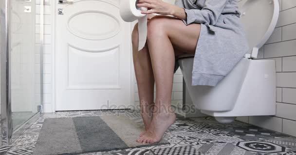 Женщина на унитазе, плоские титьки фото