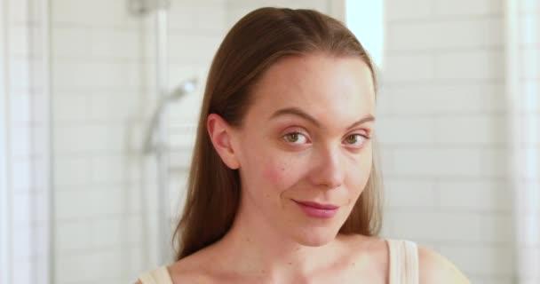 Woan dotýkat její tvář těší její čistou pokožku