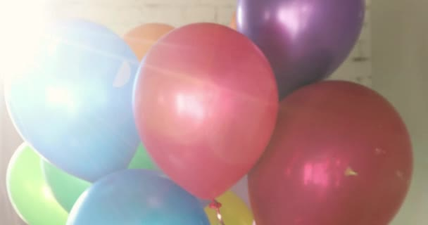 Banda barevné helium balónky slunci rozostřený