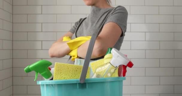 Ernte-Hausfrau vorbereitet für die gesamte Hausreinigung