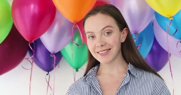 Krásy dívka s barevnými balónů s úsměvem