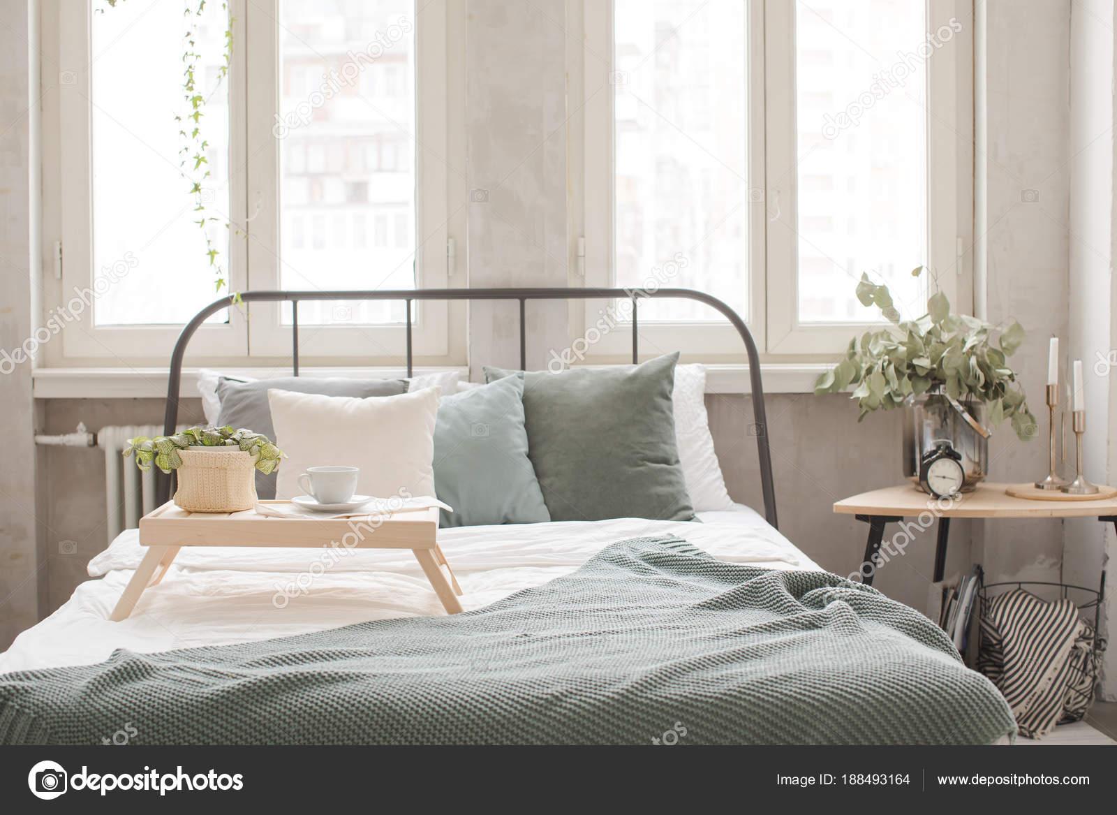 Camera Da Letto Bianco E Grigio : Interno della camera da letto accogliente bianco e grigio u foto