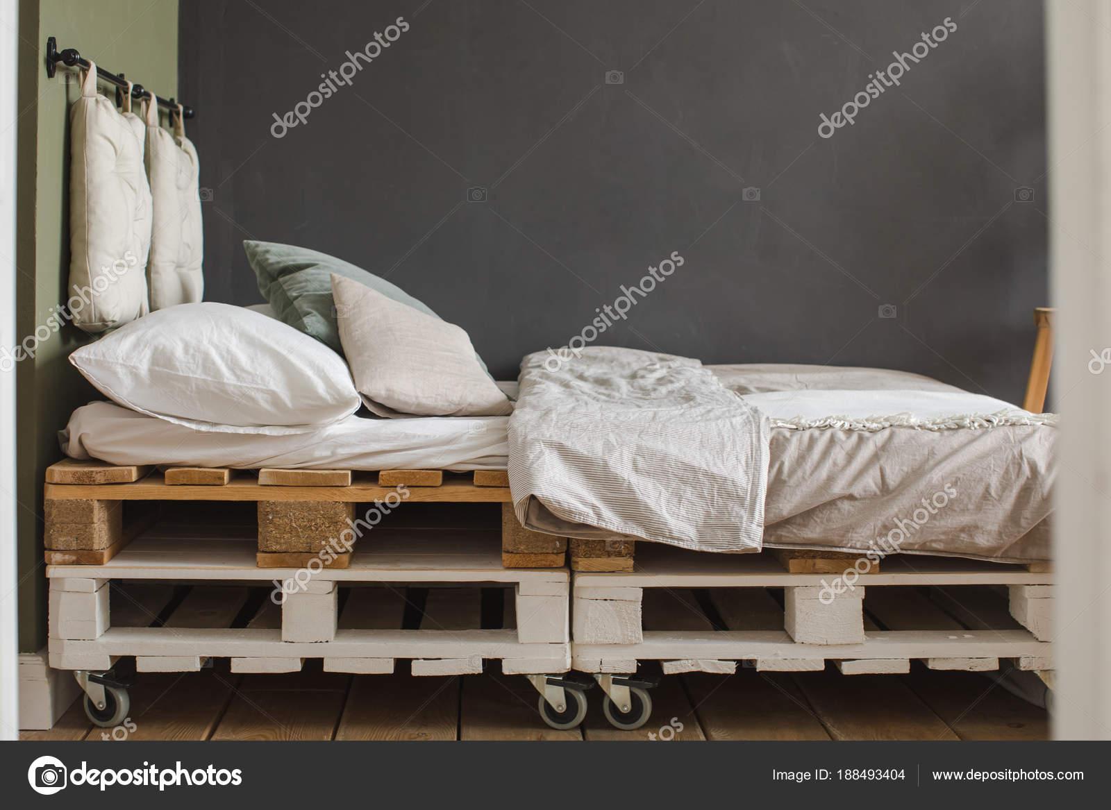 Letto Di Pallets : Telaio del letto di pallet riciclati di stile industriale camera