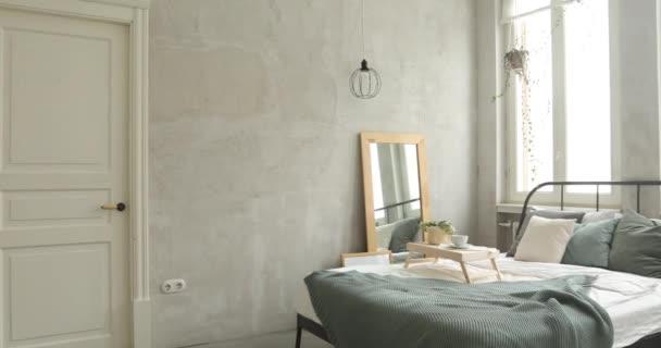 Vnitřek bílé a šedé útulné ložnice