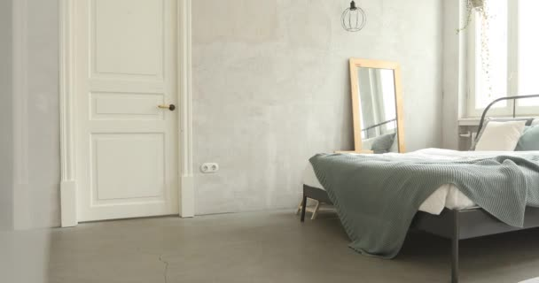 Dobře zařízené ložnici ráno