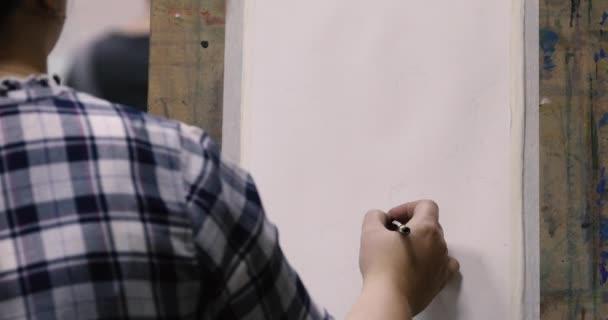 Női előadó rajz ceruza vázlat rajzolása vászon festőállvány
