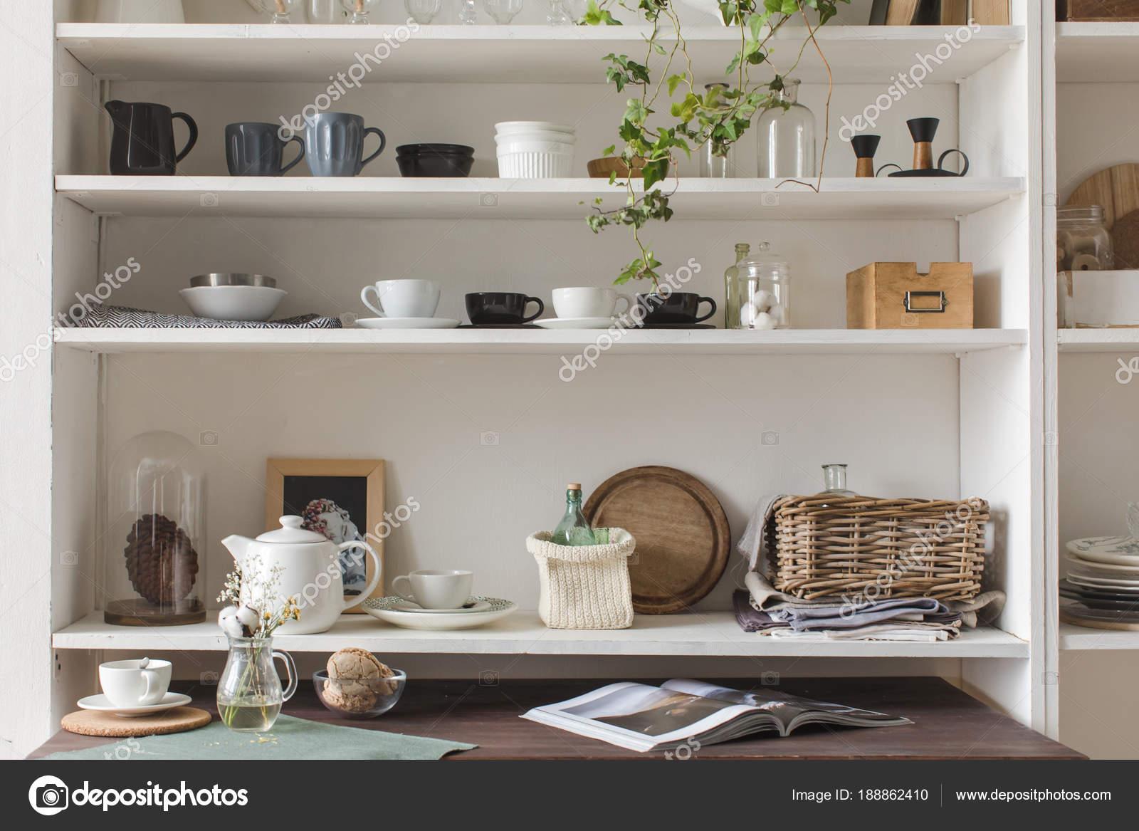 Mensole da cucina con utensili — Foto Stock © 371819 #188862410