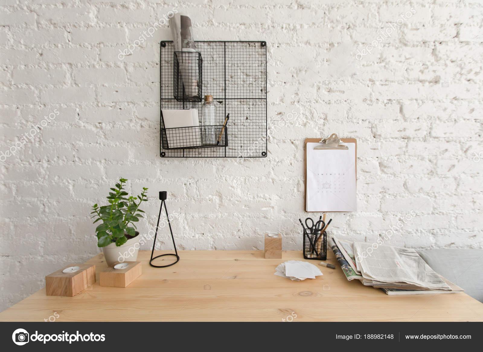 Houten werktafel in kantoor aan huis loft werkruimte u stockfoto