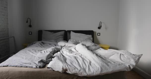Zoom šedé ložnice prázdné chaotický šedé postel