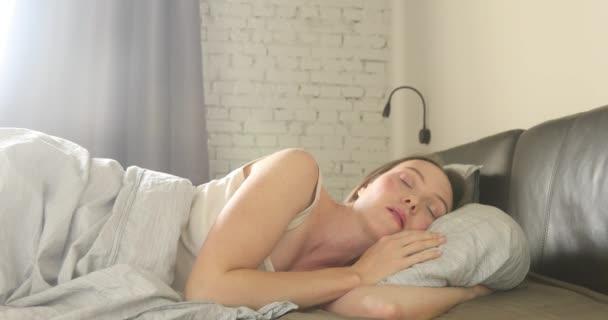 Žena, probuzení z režimu spánku a Natahování paží